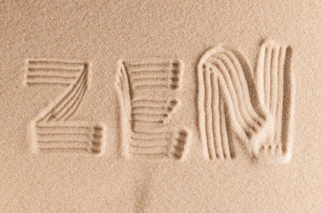 Modello zen nella fine gialla della sabbia in su
