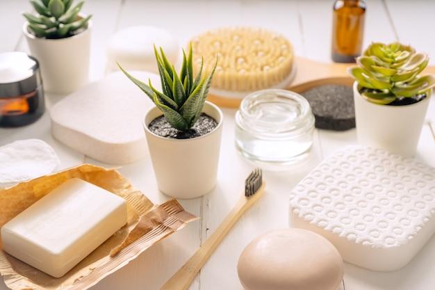 Zen e concetto di relax. composizione spa con prodotti per il trattamento su sfondo chiaro.