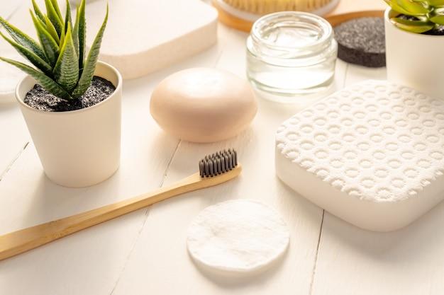Zen e concetto di relax. composizione spa con prodotti per il trattamento