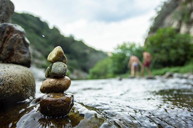 Rocce zen sul piccolo ruscello in sardegna, italia