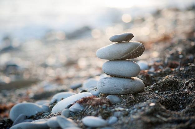 Figura di pietra zen in riva al mare