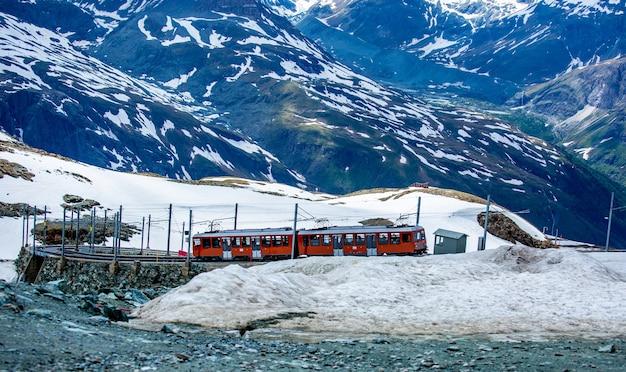 Zermatt, svizzera-11 giugno 2018: treno in funzione per il trasporto di passeggeri verso un'altra stazione a matterhorn zermatt, svizzera.