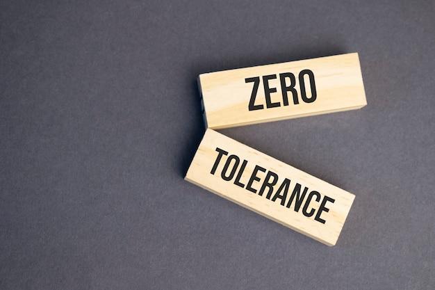 Parole di tolleranza zero su blocchi di legno concetto di etica aziendale.