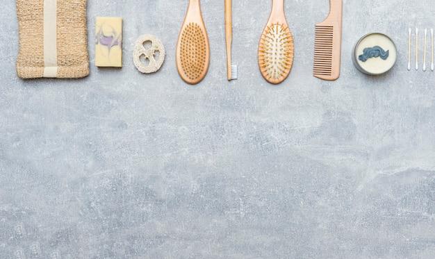 Accessori da bagno a spreco zero su sfondo grigio. prodotto in bambù ecologico naturale.