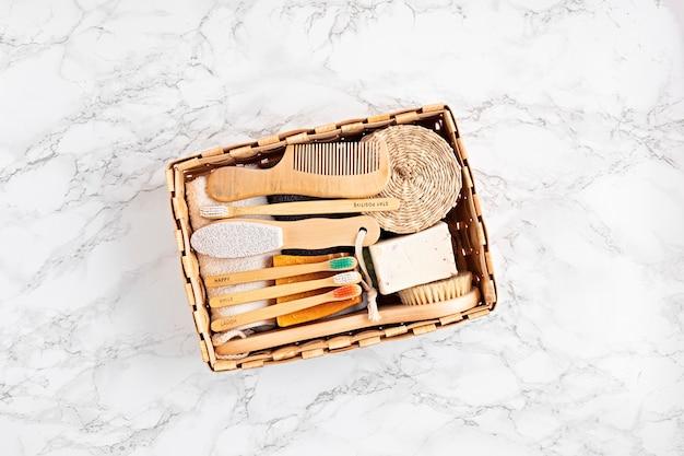 Kit bagno rifiuti zero. set di accessori ecologici personali igienizzabili. spazzolini da denti in bambù, saponette, shampoo a secco. idea sostenibile, etica, senza plastica