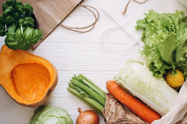 Concetto di spreco zero. acquisto di cibo senza pacchi. borsa naturale ecologica con frutta e verdura biologica. concetto di stile di vita sostenibile. articoli senza plastica. riutilizzare, ridurre, rifiutare.
