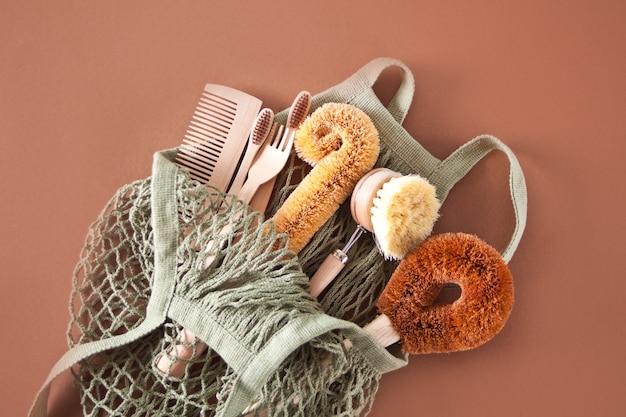 Pulizia zero sprechi, spazzole in cocco naturale eco senza plastica per lavare i piatti, pettine, spazzolino da denti, cannucce di vetro, piatto ecologico copia spazio.