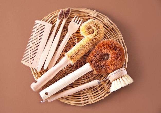 Pulizia zero sprechi, spazzole in cocco naturale eco senza plastica per lavare i piatti, pettine, spazzolino da denti, cannucce di vetro, piatto ecologico. copia spazio.