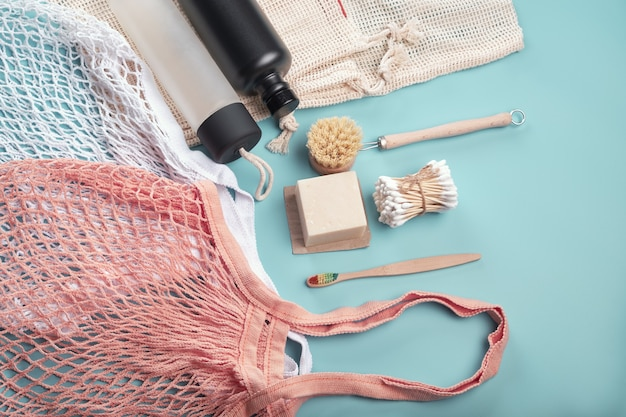 Concetto di spreco zero? sacchetti in cotone, borracce riutilizzabili e accessori eco friendly