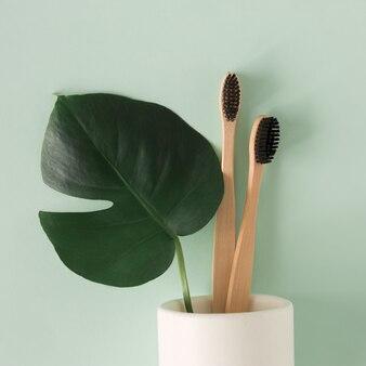 Concetto di rifiuti zero. spazzolino da denti di bambù naturale eco vista dall'alto in stand su sfondo verde