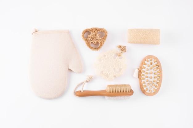 Zero rifiuti cosmetici spa prodotti su bianco. set di accessori per il bagno ecologici,
