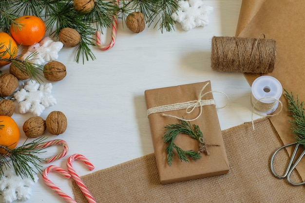 Confezione regalo ecologica fatta a mano a spreco zero avvolta in carta riciclata artigianale e decorata con tuia.