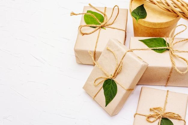 Concetto di regalo zero rifiuti con scatole regalo