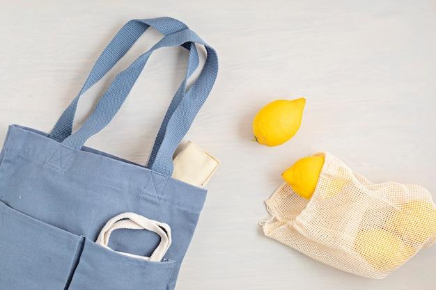 Kit rifiuti zero. set di posate in bambù ecologiche, borsa in cotone a rete, bicchiere da caffè riutilizzabile, spazzole e bottiglia d'acqua. concetto sostenibile, etico, senza plastica