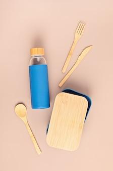 Kit zero rifiuti per pranzo da asporto, bottiglia riutilizzabile, scatola e posate in bambù. concetto di stile di vita sostenibile