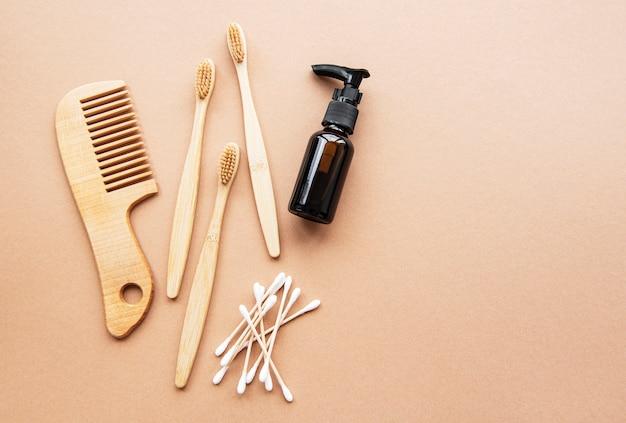 Prodotti cosmetici naturali a spreco zero su sfondo marrone. lay piatto.