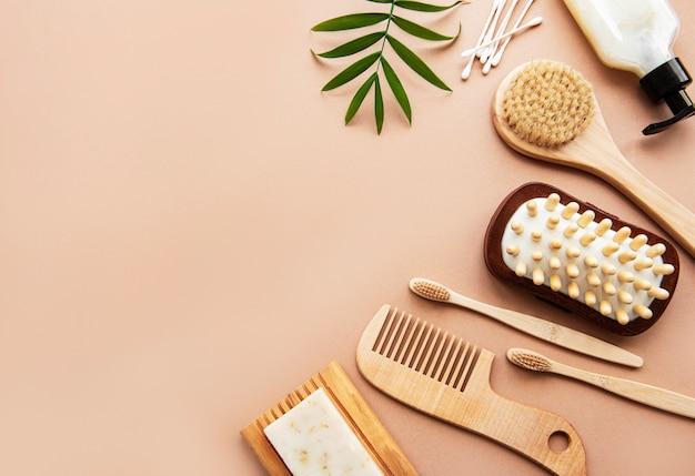 Prodotti cosmetici naturali a spreco zero su sfondo marrone.