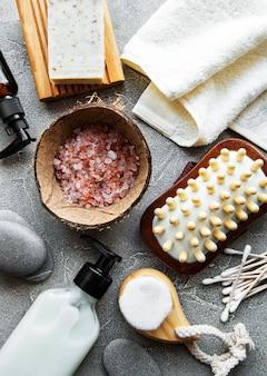Prodotti cosmetici naturali a spreco zero sulla superficie del calcestruzzo
