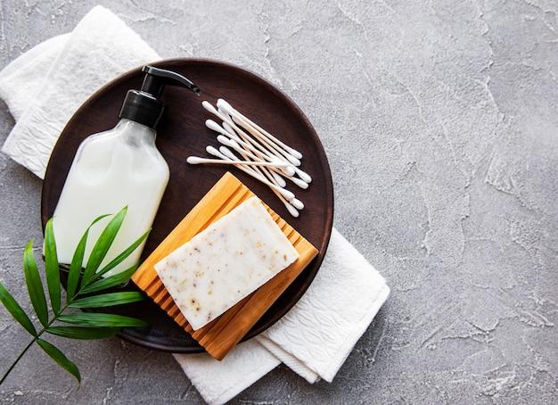Prodotti cosmetici naturali a spreco zero sul tavolo di cemento. lay piatto.