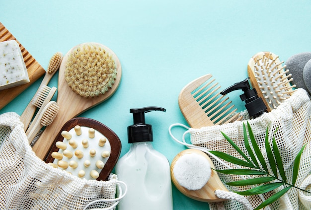 Zero rifiuti prodotti cosmetici naturali su sfondo verde pastello. disteso.
