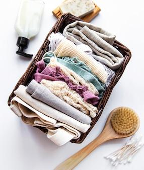 Zero rifiuti prodotti cosmetici naturali su sfondo bianco. disteso.