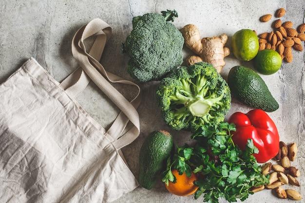 Zero rifiuti senza plastica concetto. verdure fresche dell'azienda agricola e una borsa di tela bianca, vista dall'alto.