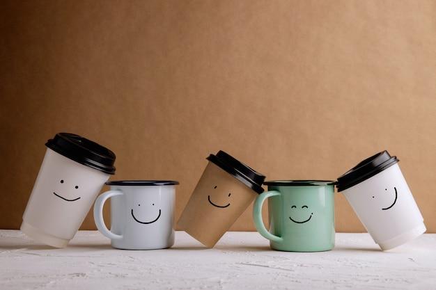 Prodotti a rifiuto zero. set di happy recycle coffee cup. riduci gli imballaggi in plastica. ambiente, cura dell'ecologia, concetto rinnovabile. sorridente cartone animato disegnato su di esso