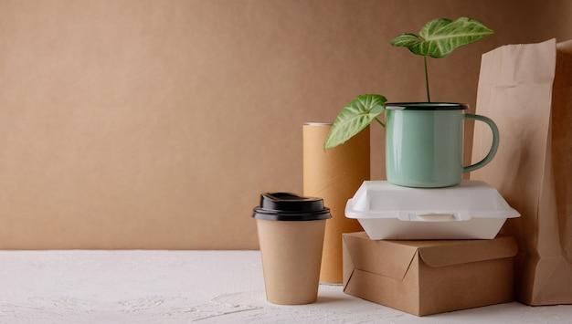 Prodotti a rifiuto zero. set di riciclaggio di imballaggi per alimenti e bevande. incluso tazza da caffè, sacchetto di carta e scatola di consegna. riduci la plastica. ambiente, cura dell'ecologia, concetto rinnovabile