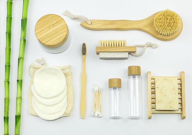 Prodotti per la cura personale zero rifiuti vista dall'alto bottiglia da viaggio per sapone crema corpo spazzolino da denti in bambù
