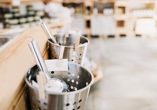Dettagli interni del negozio zero rifiuti shopping ecologico presso le piccole imprese locali