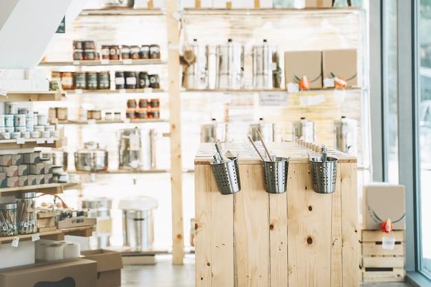 Dettagli interni negozio zero rifiuti scaffali in legno con diversi prodotti alimentari food