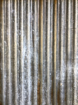 Modello di zinco accanto alla carta da parati e allo sfondo con una lettiera arrugginita su di essa.