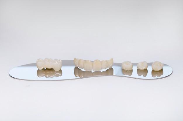 Corona del dente in zirconio. isolare sullo sfondo. ripristino estetico della perdita dei denti. zirconio ceramico nella versione finale. corone dentali in ceramica senza metallo.