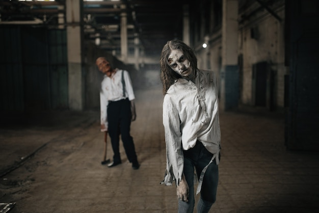 Esercito di zombi in cerca di carne fresca, non morti in una fabbrica abbandonata, luogo spaventoso. orrore in città, attacchi striscianti raccapriccianti, apocalisse del giorno del giudizio universale, mostri malvagi e sanguinosi