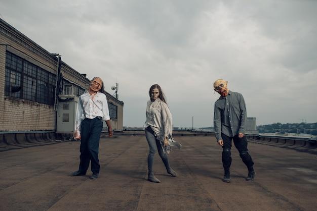 Esercito di zombie sul tetto di un edificio abbandonato