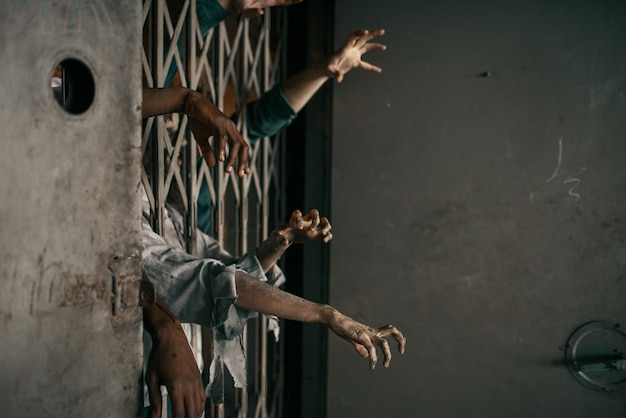 Mani di zombie che sporgono dall'ascensore, inseguimento mortale. orrore in città, attacchi raccapriccianti, apocalisse apocalittica, mostri sanguinari