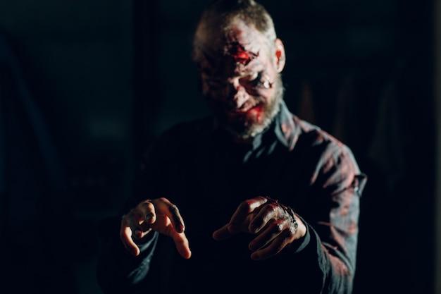 Trucco maschio zombie per il concetto di halloween. sangue sulla pelle del viso