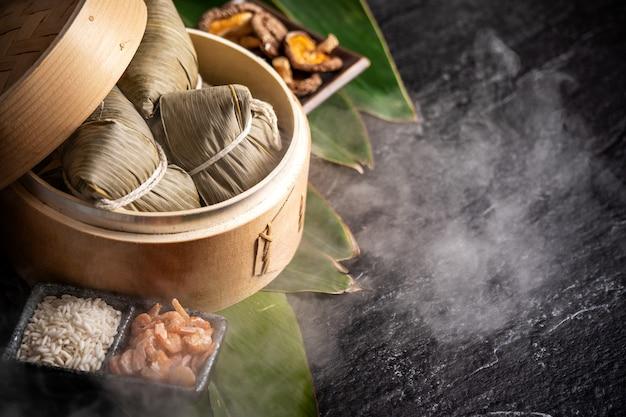 Zongzi, deliziosi gnocchi di riso al vapore caldi freschi nel piroscafo. primo piano, copia spazio, famoso cibo gustoso asiatico nel festival di duanwu di dragon boat