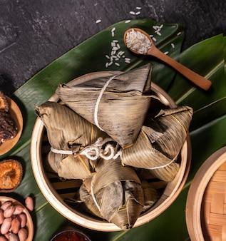 Zongzi, deliziosi gnocchi di riso al vapore caldi freschi nel piroscafo. famoso cibo gustoso asiatico nel festival di duanwu di dragon boat