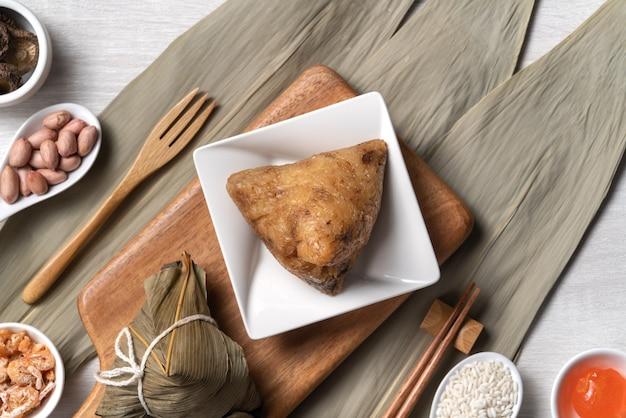 Zongzi. delizioso cibo tradizionale per gnocchi di riso per dragon boat duanwu festival su sfondo tavolo in legno vista superiore.