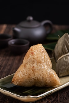 Zongzi. gnocco di riso per il tradizionale dragon boat festival cinese (duanwu festival) sul fondo della tavola in legno scuro