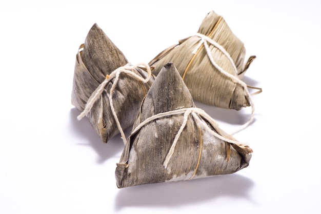 Zongzi o gnocco di riso isolato su sfondo bianco su dragon boat festival, cibo tradizionale asiatico