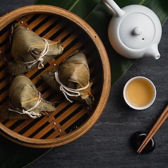 Vista dall'alto di gnocchi di riso zongzi per il festival tradizionale cinese della barca del drago