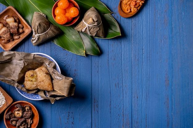 Gnocco di riso zongzi con ingredienti per il tradizionale dragon boat festival cinese