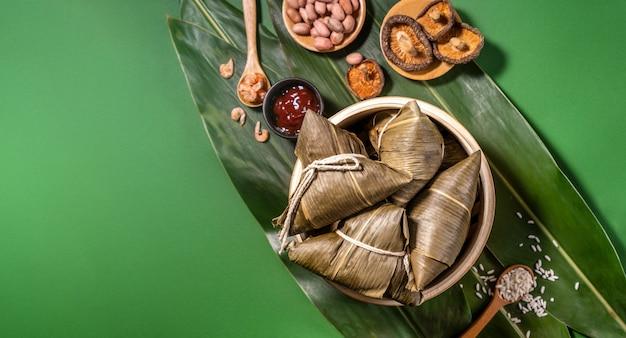 Zongzi, gnocchi di riso al vapore sul tavolo verde sullo sfondo, cibo nel concetto di dragon boat festival duanwu, vicino, copia spazio, vista dall'alto, piatto lay