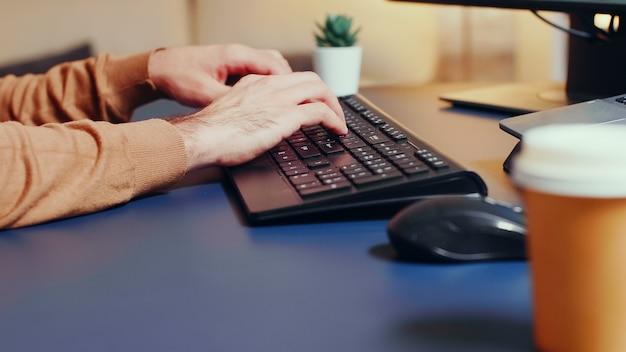 Ingrandisci l'inquadratura dello sviluppatore di giochi creativi che digita sulla tastiera.