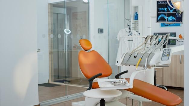 Ingrandisci l'inquadratura dell'attrezzatura ortodontica medica in un moderno trapano stomatologia da ufficio luminoso e altri...