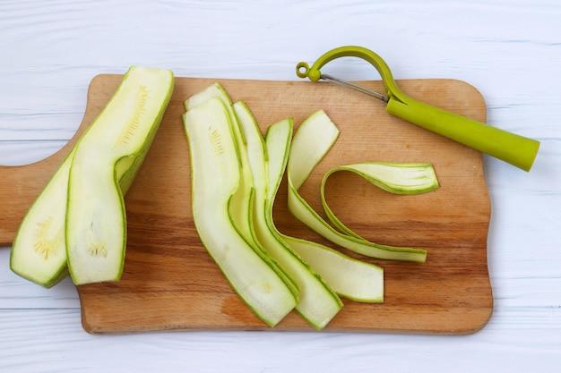 Zucchine tagliate a nastri con i tagliaverdure