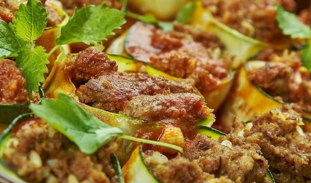 Involtini di enchilada di zucchine, spalmare il composto di pollo su una fetta di zucchina e arrotolare a spirale stretta