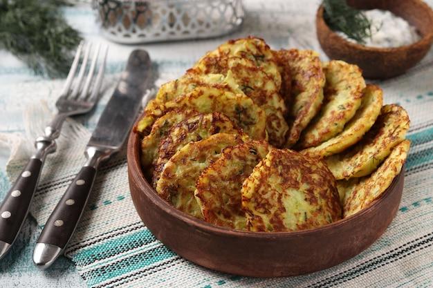 Frittelle di zucchine sulla zolla marrone, formato orizzontale, primo piano